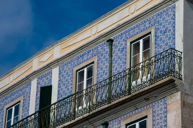 Gammal byggnadsfasad med Lissabon traditionella tegelplattor royaltyfria bilder