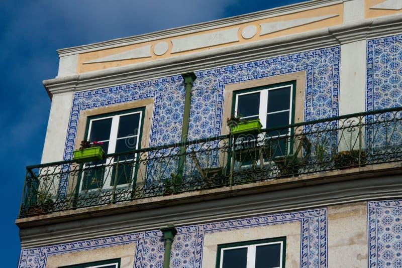 Gammal byggnadsfasad med Lissabon traditionella tegelplattor royaltyfri fotografi