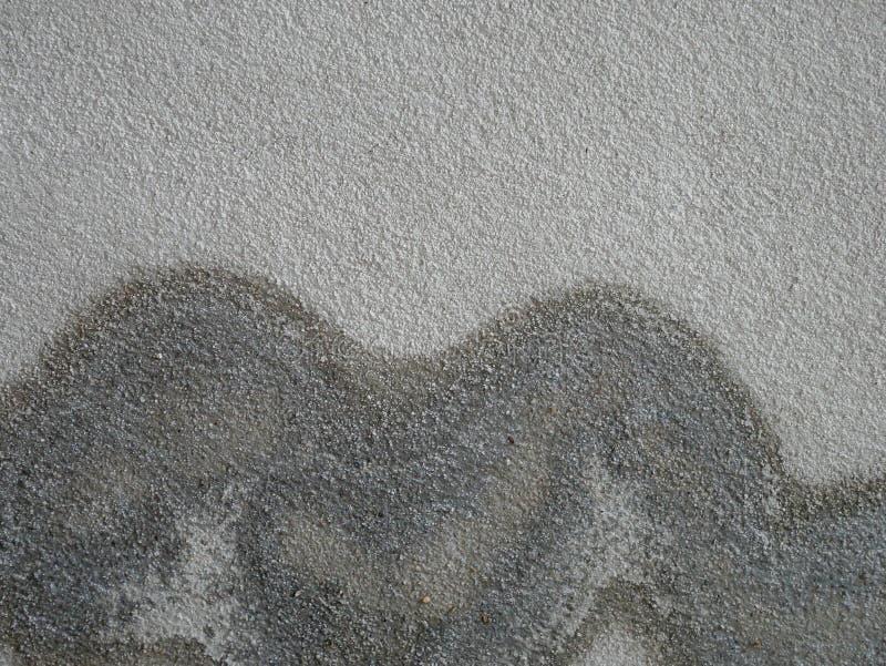 Gammal cementvägg med svarta vågor överst fotografering för bildbyråer