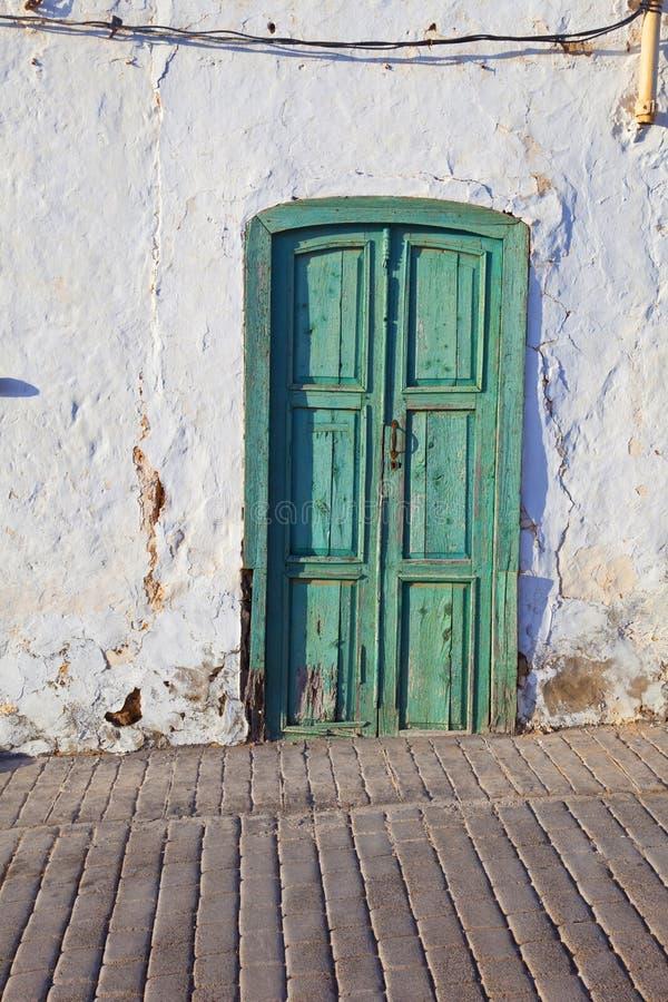 Gammal chalked husvägg med fönstret fotografering för bildbyråer