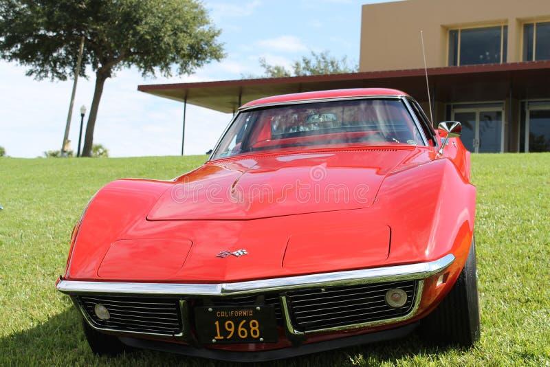 Gammal Chevrolet Corvette bil på bilshowen royaltyfri foto