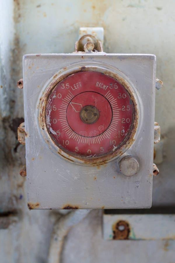 Gammal cirkelmeterskärm i grå färgmetallask arkivfoton