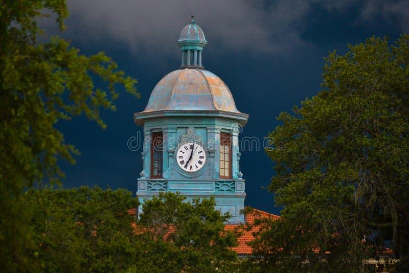 Gammal Citrus County domstolsbyggnadklocka i omilt väder royaltyfri bild