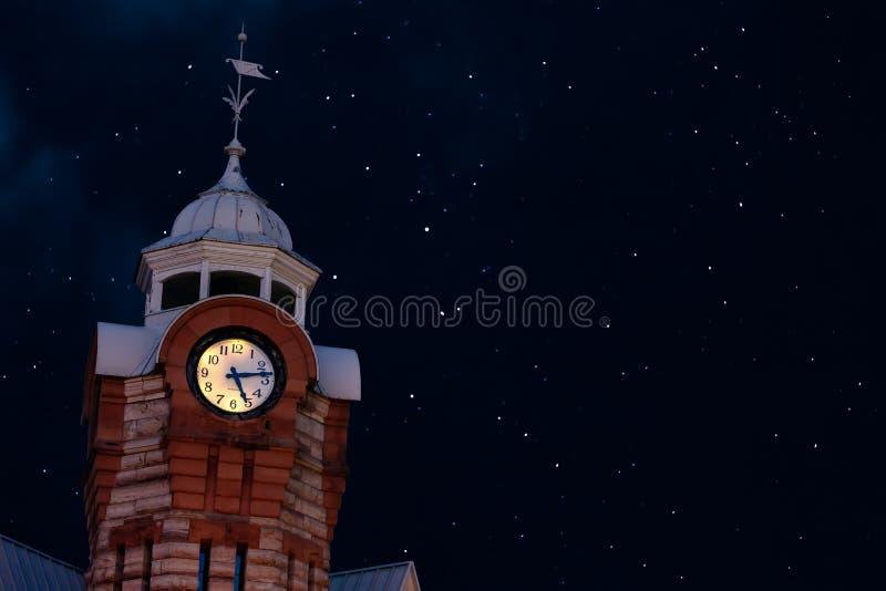 Gammal Clock Tower på en Starry Natt royaltyfri bild