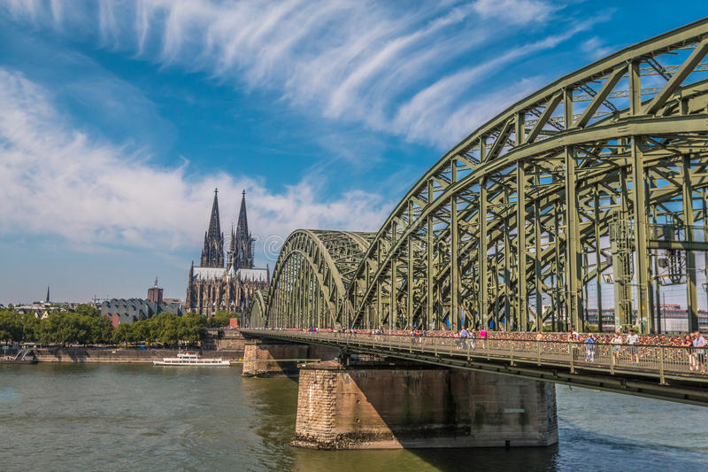 Gammal Cologne bro i Tyskland royaltyfri bild