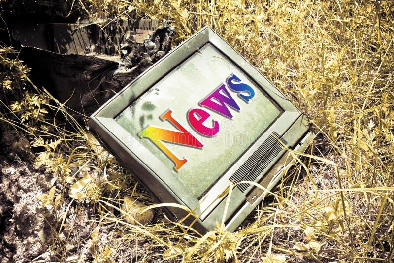 Gammal CRT-television med `-nyheterna` som är skriftlig på skärmen royaltyfri bild