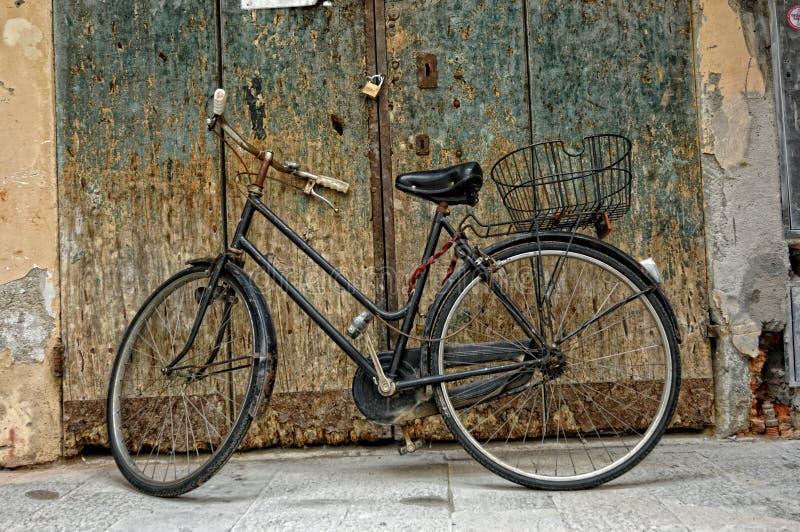 Gammal cykel i Montevarchi, Italien royaltyfria foton
