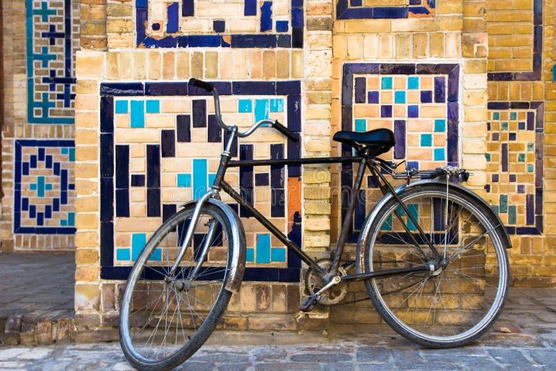 Gammal cykel på den gamla gatan av Bukhara, Uzbekistan royaltyfri foto