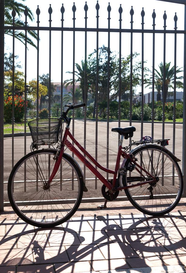 Gammal cykel på staketet royaltyfria foton