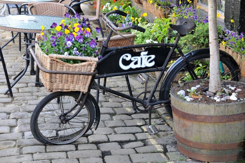 gammal cykelleverans arkivbilder