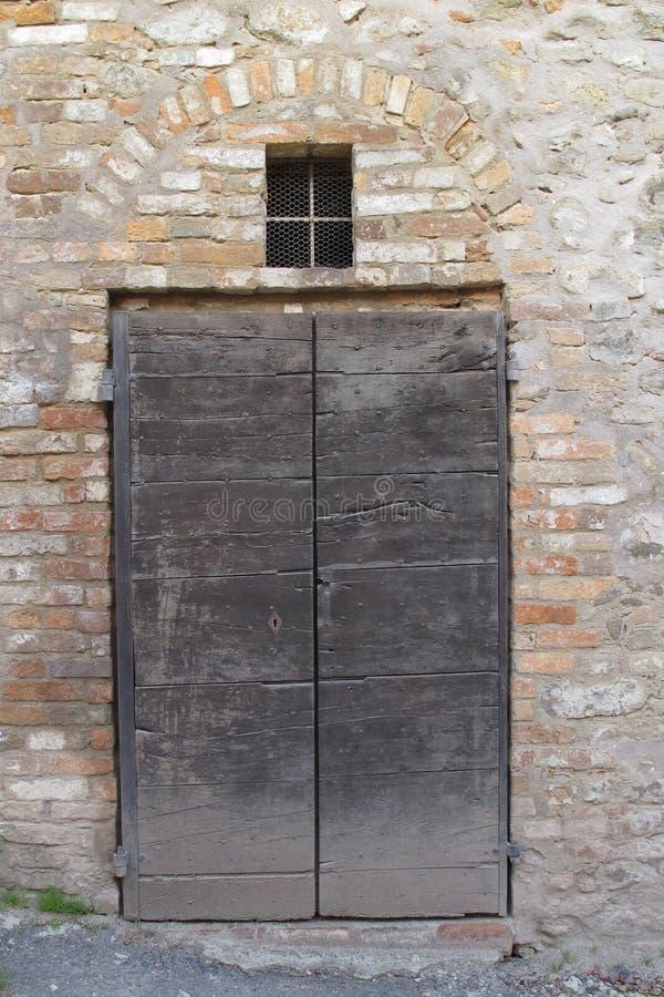 Gammal dörröppning i Monforte D 'album, Italien royaltyfri fotografi