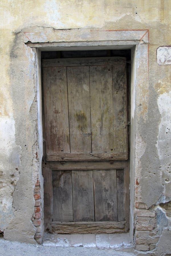 Gammal dörröppning i Monforte D 'album, Italien royaltyfria foton