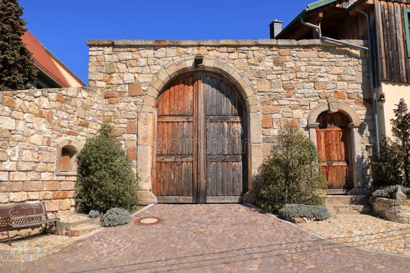 Gammal dörr för Grungebygdträ och sandstenvägg royaltyfri foto