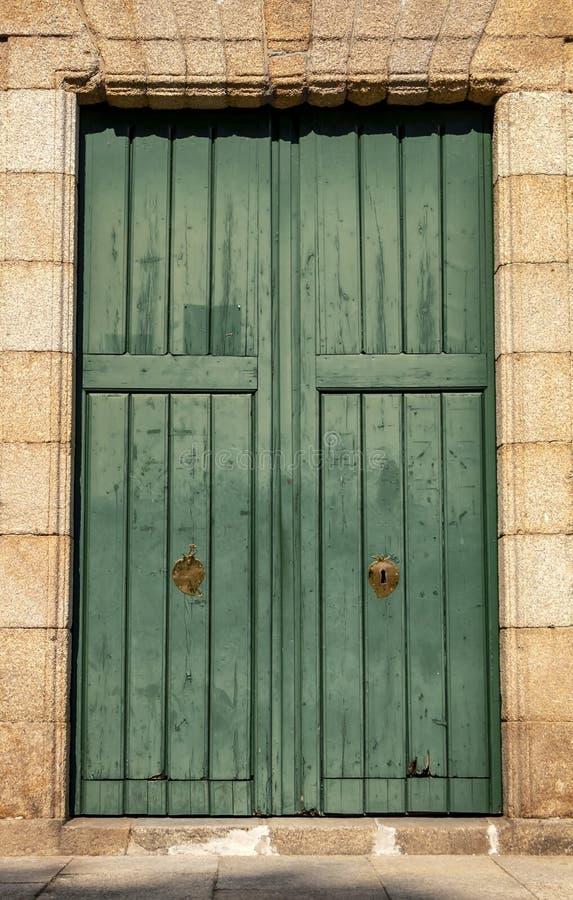 Gammal dörr från kyrka arkivfoton