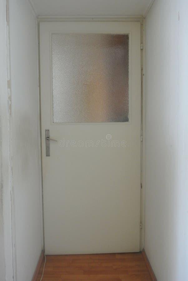 Gammal dörr i en korridor royaltyfri foto