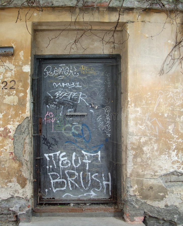 Gammal dörr i Prague arkivbild