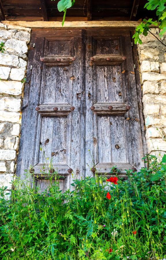 Gammal dörr i gammal stad i Albanien arkivbild