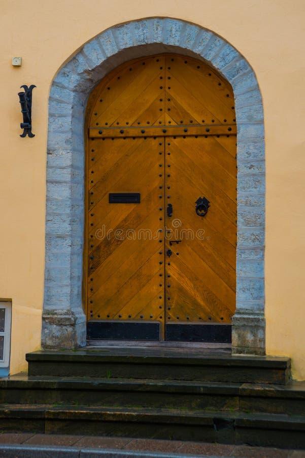 Gammal dörr med dekoren i den gamla staden tallinn estonia royaltyfri bild