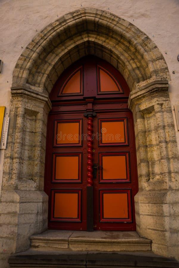 Gammal dörr med dekoren i den gamla staden tallinn estonia arkivfoton