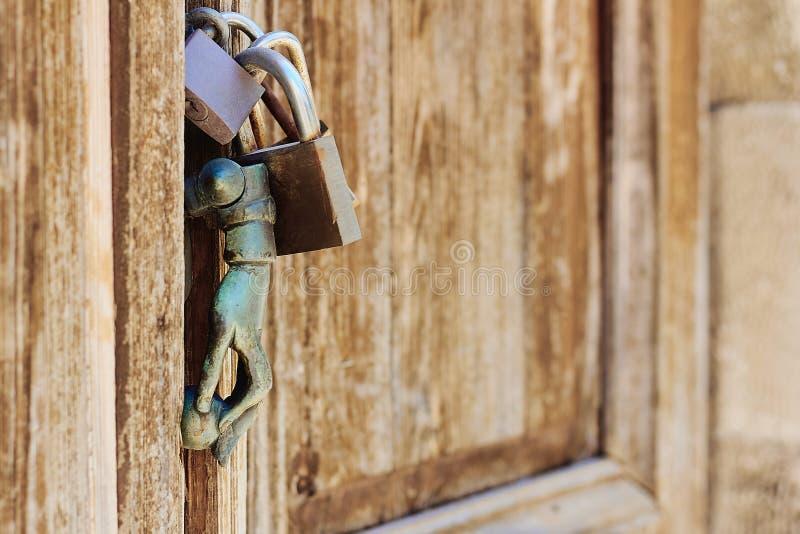 Gammal dörr med den antika mässingsknackaren i formen av en hand royaltyfri bild