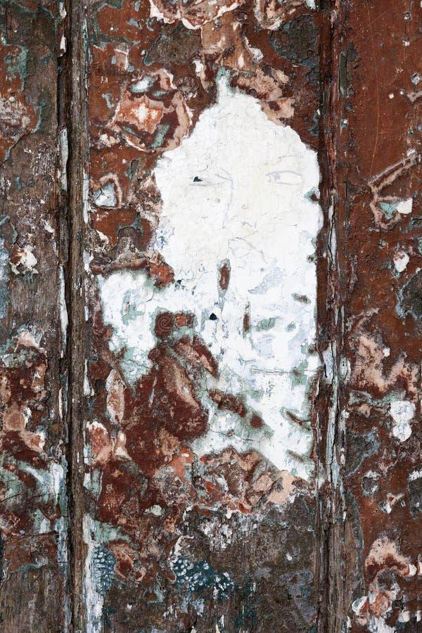 Gammal dörr med en framsida som dras i sprucken målarfärg royaltyfria bilder