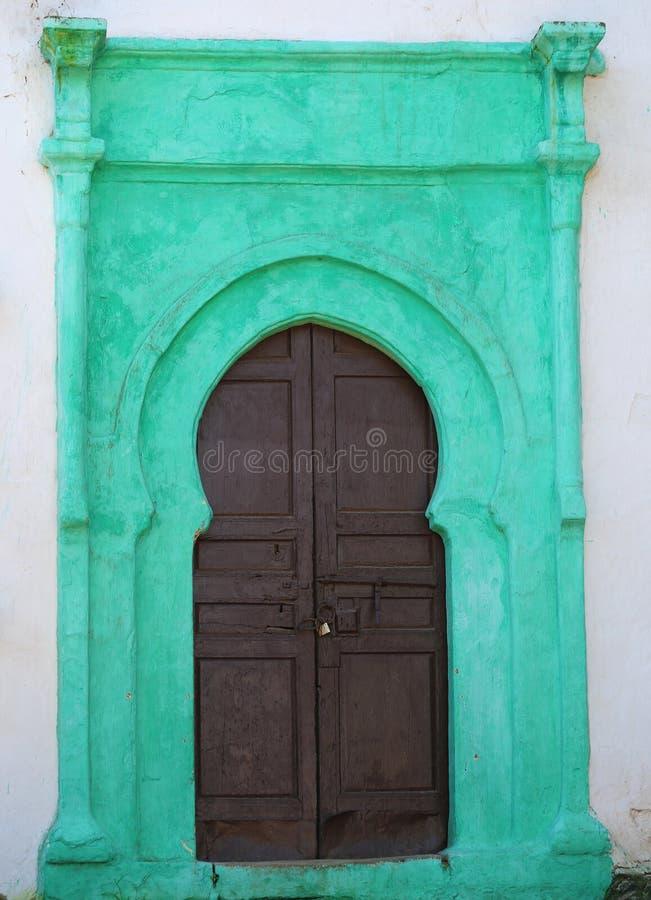 Gammal dörr med gröna detaljer arkivfoto