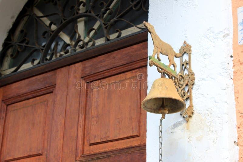 Gammal dörr med klockan royaltyfri illustrationer