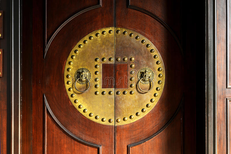 Gammal dörr och knackare royaltyfri fotografi