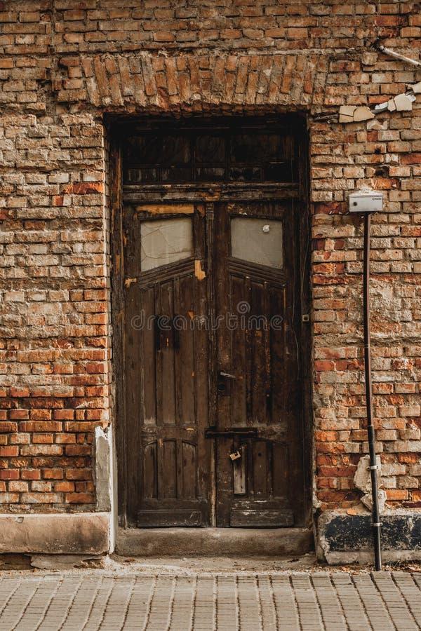 Gammal dörr- och tegelstenfasad royaltyfri foto