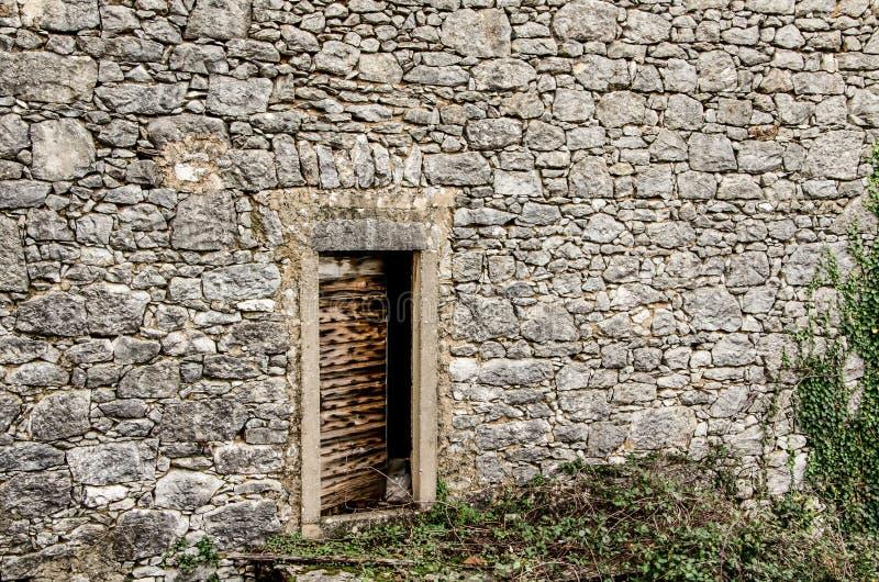 Gammal dörr på ett gammalt stenhus i Dobrinj, ö Krk, Kroatien royaltyfria bilder