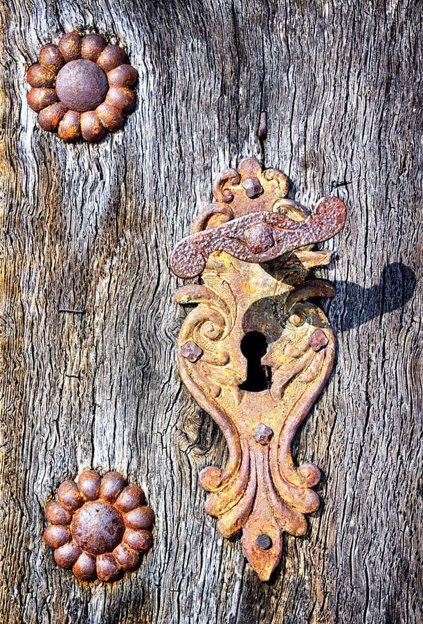 Gammal dörrhandtag arkivbild