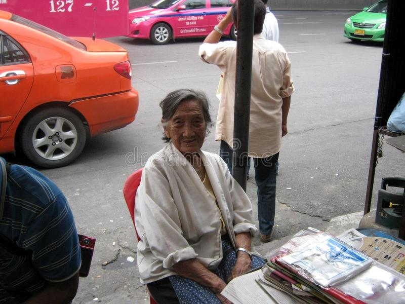 Gammal dam Vendor Bangkok royaltyfria foton