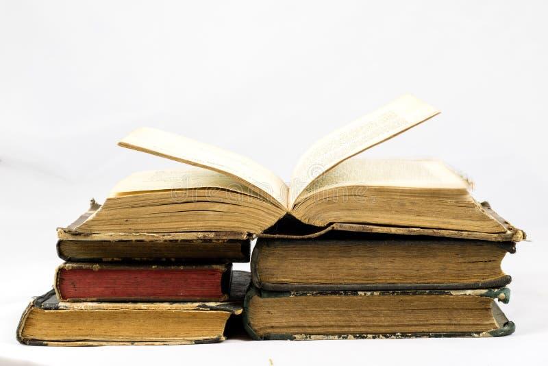 Gammal dammig bok på vit isolerad bakgrund arkivfoto