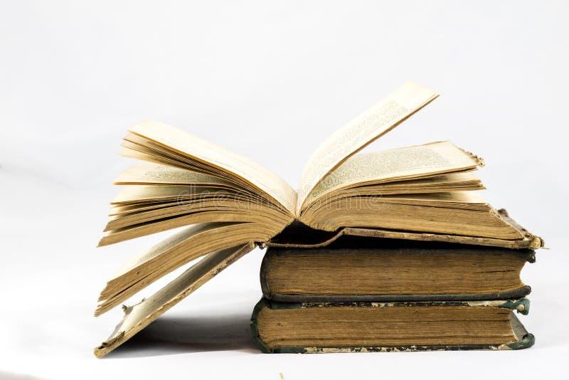 Gammal dammig bok på vit isolerad bakgrund arkivbild