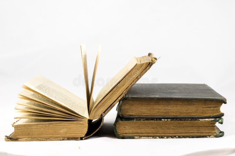 Gammal dammig bok på vit isolerad bakgrund royaltyfri bild