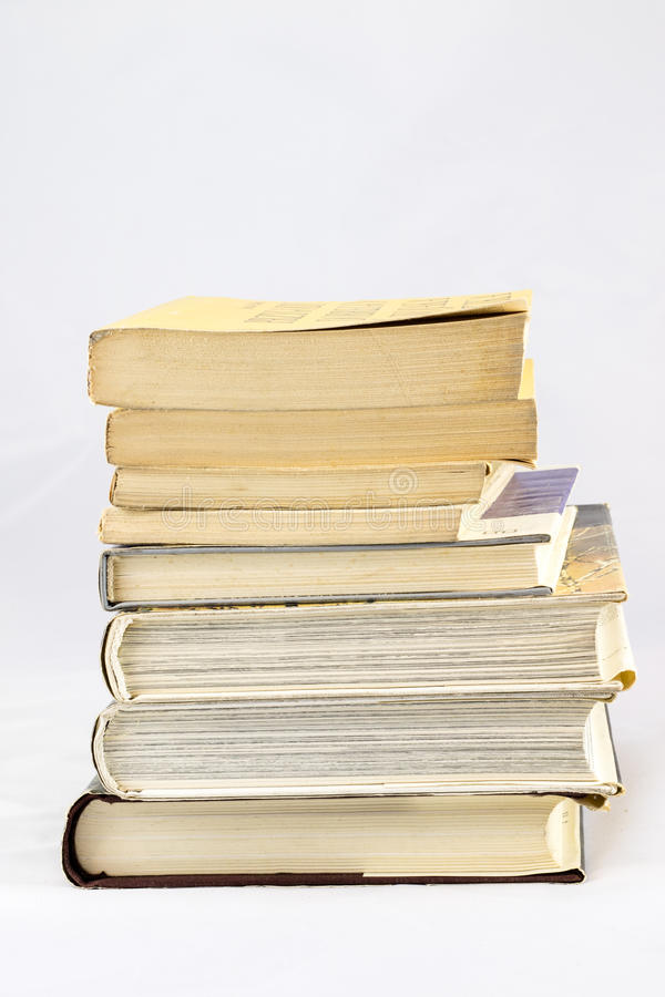 Gammal dammig bok på vit isolerad bakgrund arkivbilder