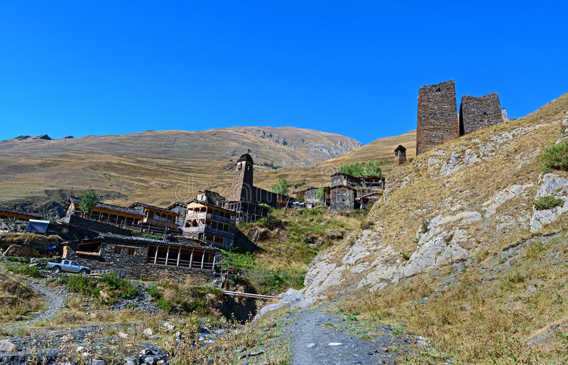Gammal by Dartlo i Tusheti naturreserv georgia royaltyfria bilder
