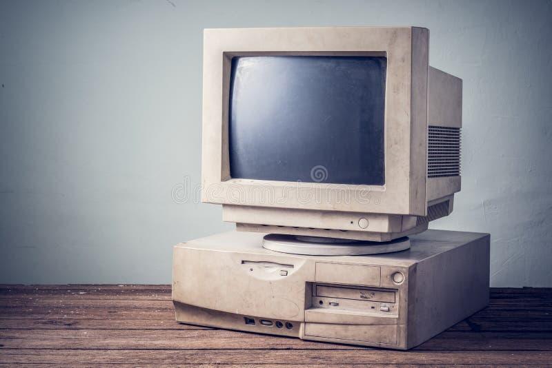 Gammal dator, tappning royaltyfria bilder