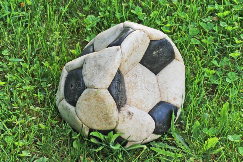 Gammal deflaterad fotbollboll arkivfoton
