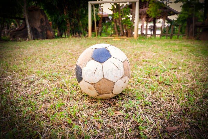 Gammal deflaterad fotbollboll, gammal deflaterad fotboll royaltyfria bilder