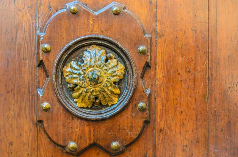 Gammal dekorativ beståndsdel på en trädörr, Venedig arkivbilder