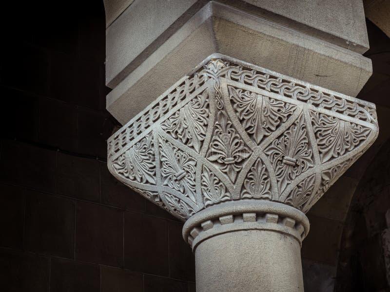 Gammal dekorativ kolonn som stöttar den fot- bron fotografering för bildbyråer