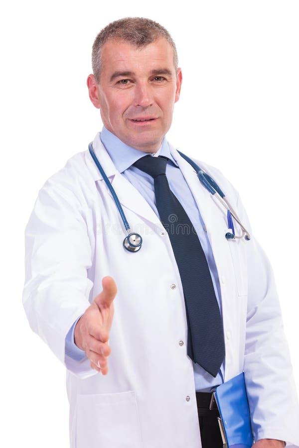 Gammal doktor som ger dig en handskakning royaltyfri fotografi