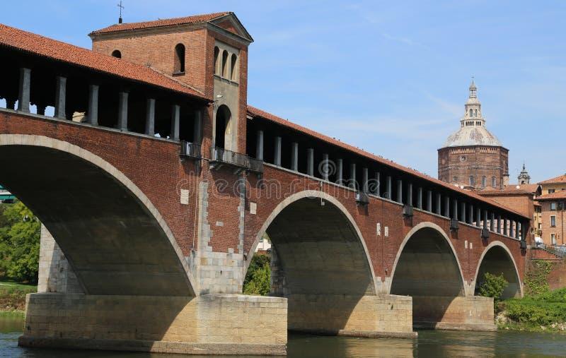 GAMMAL dold bro över den TICINO floden i den Pavia staden i Italien royaltyfri fotografi