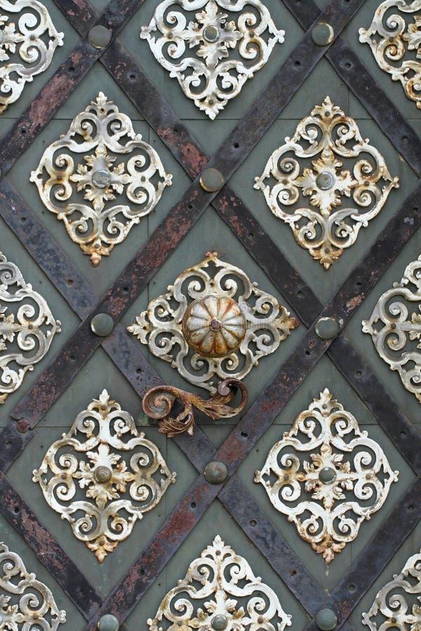 Gammal domkyrkametalldörr i detalj royaltyfria foton