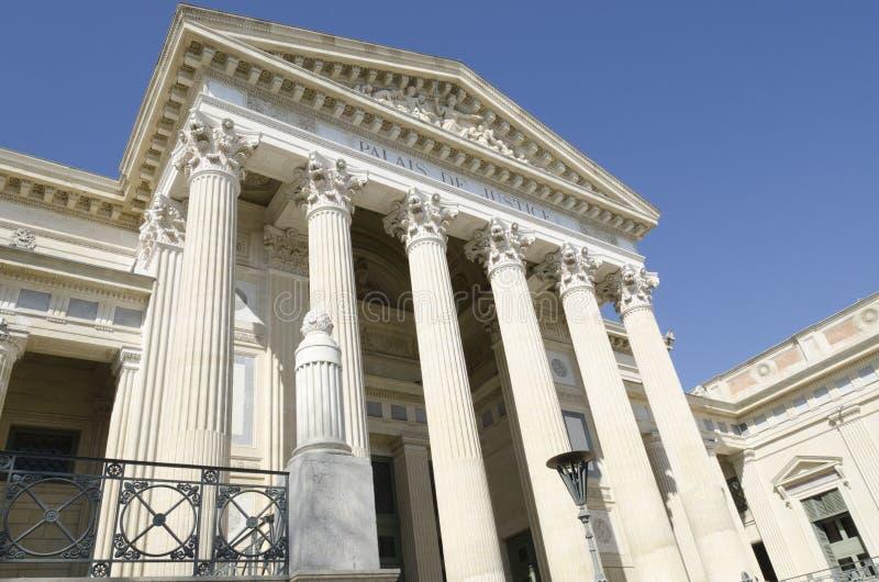 Gammal domstolsbyggnad med pelare arkivbilder