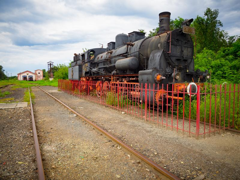 Gammal drevångalokomotiv i den äldre drevstationen i Rumänien arkivbilder