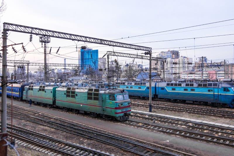 Gammal elektrisk lokomotiv på Kiev den centrala järnvägstationen Kyiv Ukraina royaltyfri fotografi