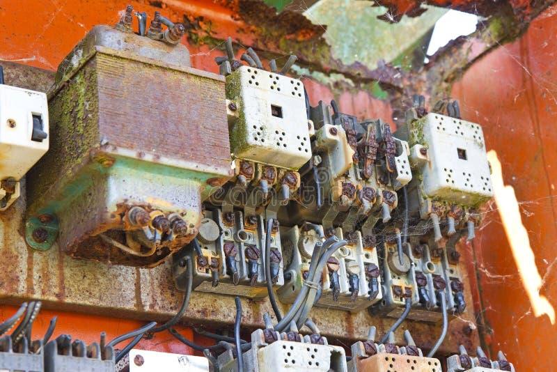 Gammal elektrisk panel av en övergiven fabrik fotografering för bildbyråer