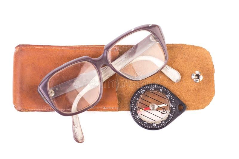 Gammal exponeringsglas och tappningkompass i ett läderfall fotografering för bildbyråer